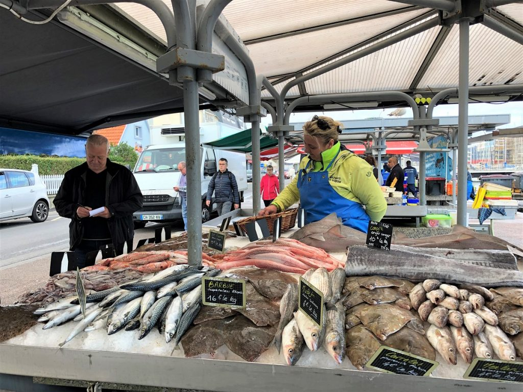 customer in front of the fish market in Courseulles